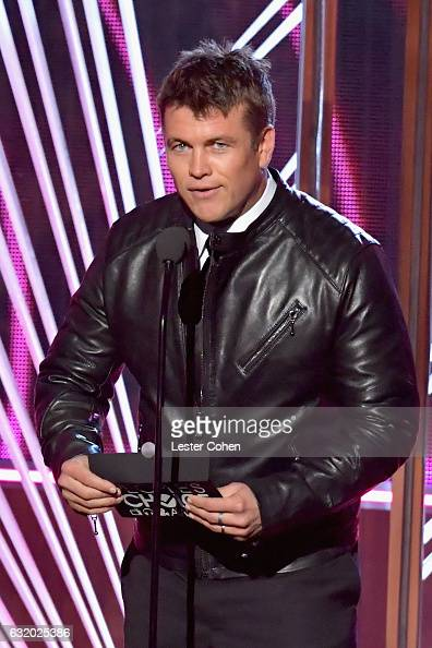 actor-luke-hemsworth-speaks-onstage-during-the-peoples-choice-awards-picture-id632025386