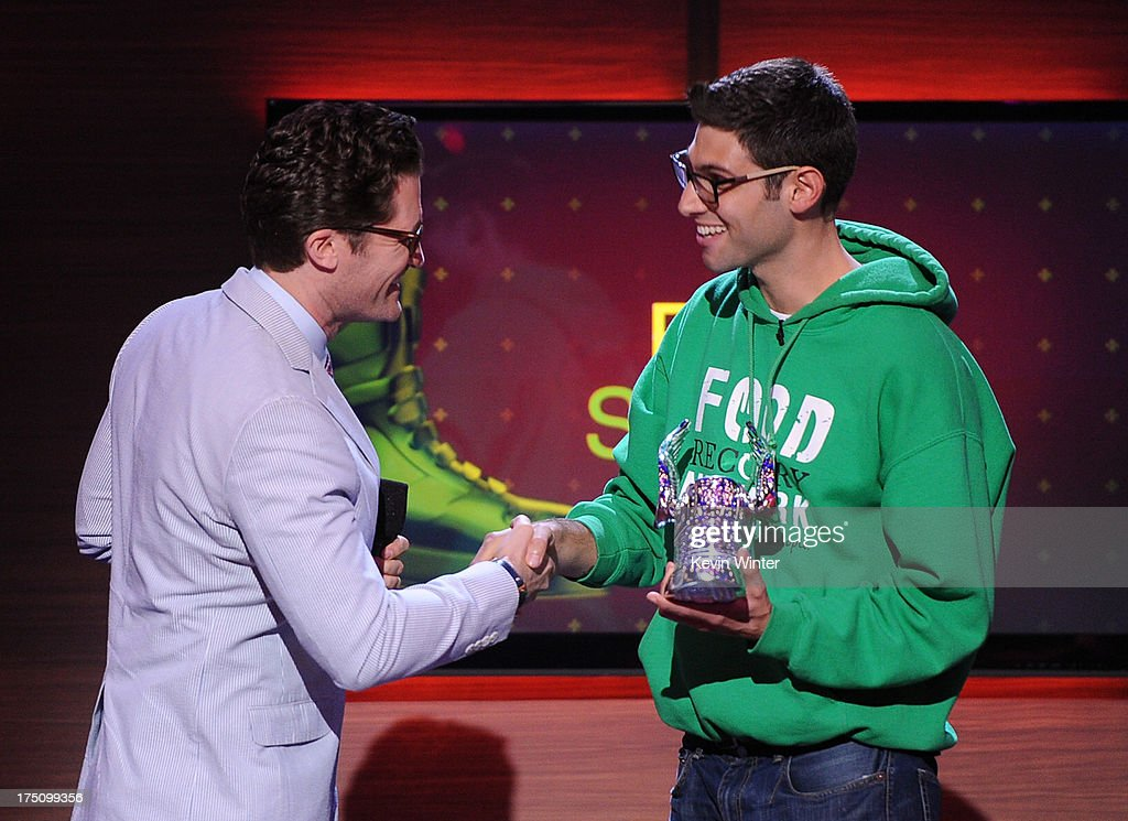 Actor <a gi-track='captionPersonalityLinkClicked' href=/galleries/search?phrase=Matthew+Morrison&family=editorial&specificpeople=171674 ng-click='$event.stopPropagation()'>Matthew Morrison</a> presents award to <a gi-track='captionPersonalityLinkClicked' href=/galleries/search?phrase=Ben+Simon&family=editorial&specificpeople=209379 ng-click='$event.stopPropagation()'>Ben Simon</a> of the Food Recovery Network onstage at the DoSomething.org and VH1's 2013 Do Something Awards at Avalon on July 31, 2013 in Hollywood, California.