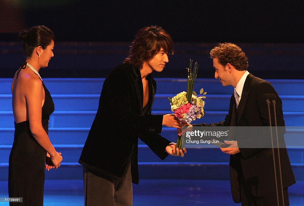 Actor Michael Therriault (R) of 'Prairie Giant: The Tommy Douglas Story' accepts the award for best actor during the 1st Seoul Drama Awards 2006 on August 26, 2006 in Seoul, South Korea. 105 dramas include mini series, single drama and drama series from 29 countries participate in a awards.