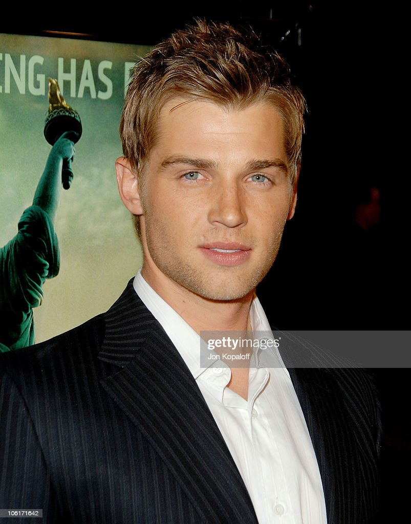 Actor <a gi-track='captionPersonalityLinkClicked' href=/galleries/search?phrase=Mike+Vogel&family=editorial&specificpeople=601802 ng-click='$event.stopPropagation()'>Mike Vogel</a> arrives at the Los Angeles Premiere 'Cloverfield' at Paramount Studios on January 16, 2008 in Los Angeles, California.