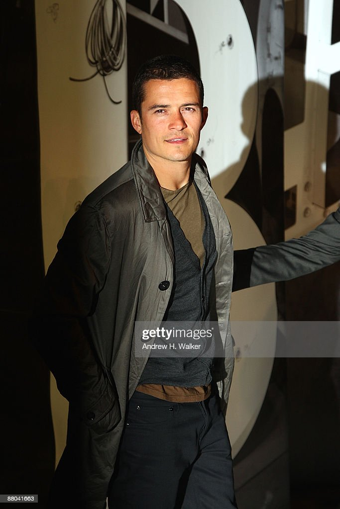 Actor <a gi-track='captionPersonalityLinkClicked' href=/galleries/search?phrase=Orlando+Bloom&family=editorial&specificpeople=202520 ng-click='$event.stopPropagation()'>Orlando Bloom</a> walks the red carpet during Burberry Day at The New York Palace Hotel on May 28, 2009 in New York City.