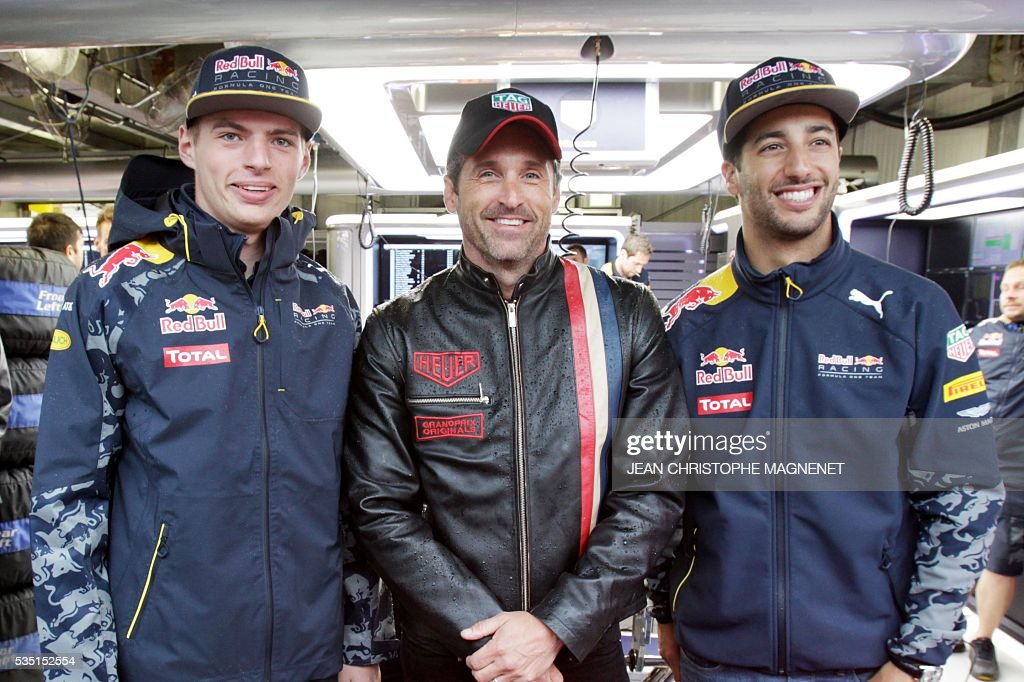 US actor Patrick Dempsey (C) poses with Infiniti Red Bull Racing's Australian driver Daniel Ricciardo (R) and Infiniti Red Bull Racing's German driver Max Verstappen (L) at the Monaco street circuit, on May 29, 2016 in Monaco, ahead of the Monaco Formula 1 Grand Prix. / AFP / JEAN