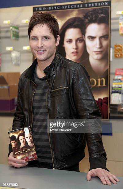 Actor Peter Facinelli attends 'The Twilight Saga New Moon' DVD release event at Best Buy on March 19 2010 in New York City