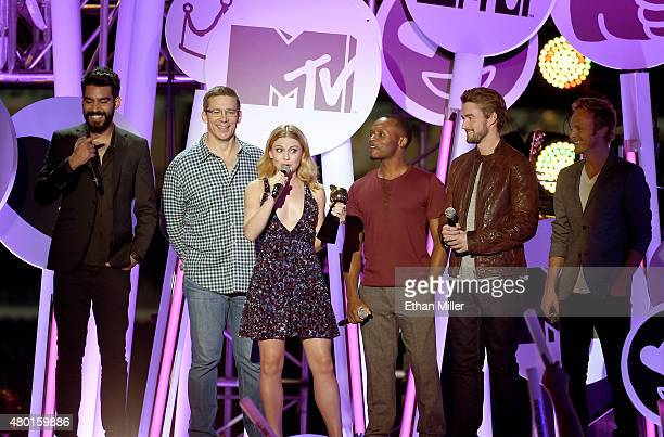 Actor Rahul Kohli director Rob Thomas actors Rose McIver Malcolm Goodwin Robert Buckley and David Anders accept the award for Best New Fandom of the...