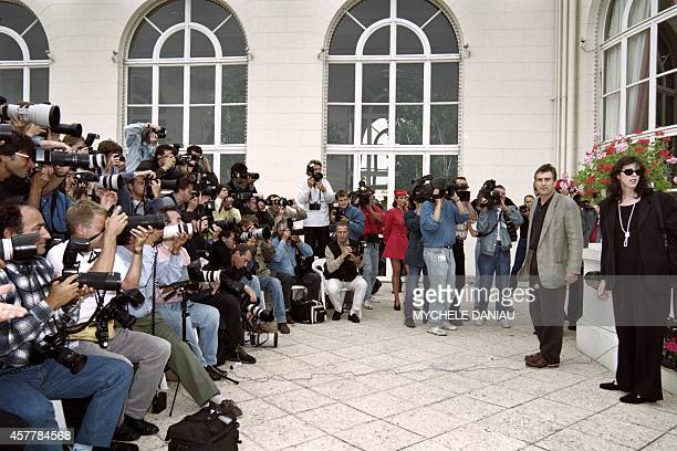 US actor Robert De Niro accompagnied by producer Jane Rosenthal poses for photographers on September 06 1995 on the terrace of the Deauville casino...