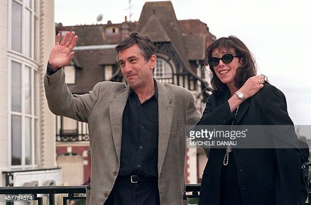 US actor Robert De Niro accompagnied by producer Jane Rosenthal waves to photographers on September 06 1995 on the terrace of the Deauville casino...