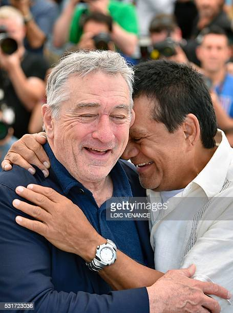 US actor Robert de Niro and Panamanian boxer Roberto Duran laugh on May 16 2016 during a photocall for the film 'Hands of Stone' at the 69th Cannes...