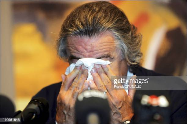 US actor Robert De Niro cries at a press conference on the occasion of the opening of an exhibition of paintings by his father Robert Sr at La...