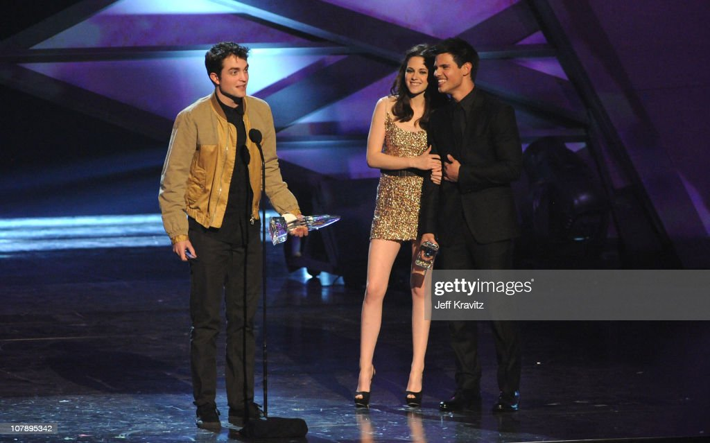 Actor Robert Pattinson, actress Kristen Stewart and actor Taylor Lautner speak onstage during the 2011 People's Choice Awards at Nokia Theatre L.A. Live on January 5, 2011 in Los Angeles, California.
