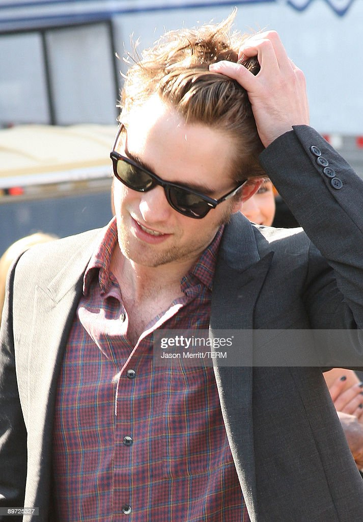 Actor <a gi-track='captionPersonalityLinkClicked' href=/galleries/search?phrase=Robert+Pattinson&family=editorial&specificpeople=734445 ng-click='$event.stopPropagation()'>Robert Pattinson</a> arrives at the 2009 Teen Choice Awards held at Gibson Amphitheatre on August 9, 2009 in Universal City, California.
