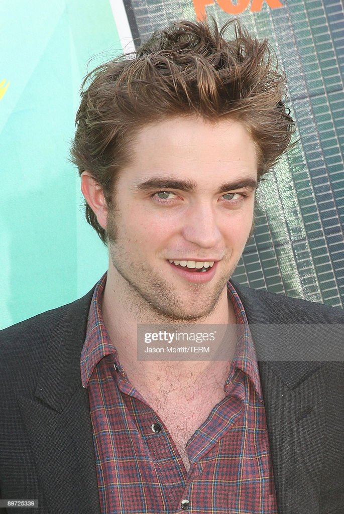 Actor Robert Pattinson arrives at the 2009 Teen Choice Awards held at Gibson Amphitheatre on August 9, 2009 in Universal City, California.