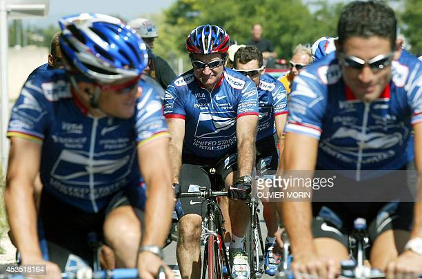 US actor Robin Williams rides with Yellow jersey and leader of the US Postal Service team US Lance Armstrong during a training session during a rest...