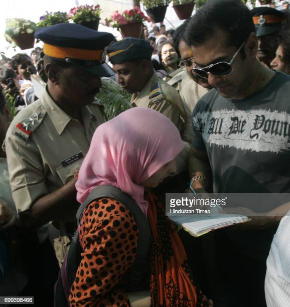 Actor Salman Khan gives signature to Ruchi a Kashmiri Girl at Green World 2010 an exhibition Nursery plants and flowers by BMC and I LOVE MUMBAI at...
