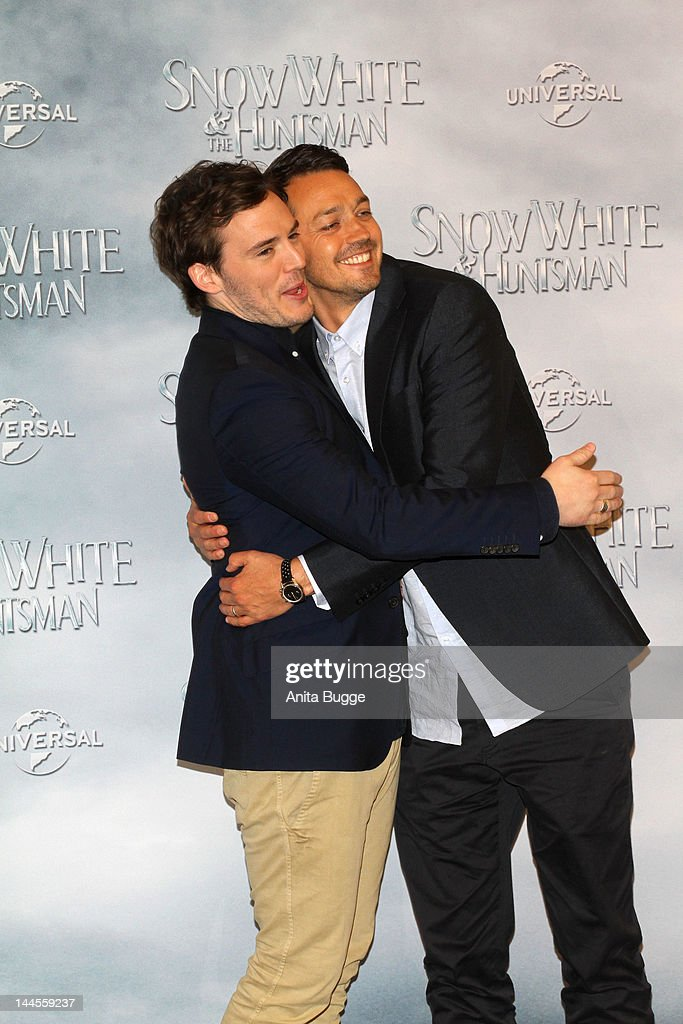 Actor <a gi-track='captionPersonalityLinkClicked' href=/galleries/search?phrase=Sam+Claflin&family=editorial&specificpeople=7238693 ng-click='$event.stopPropagation()'>Sam Claflin</a> (L) and director Rupert Sanders attend the 'Snow White And The Huntsman' photocall at Ritz Carlton Hotel on May 16, 2012 in Berlin, Germany.