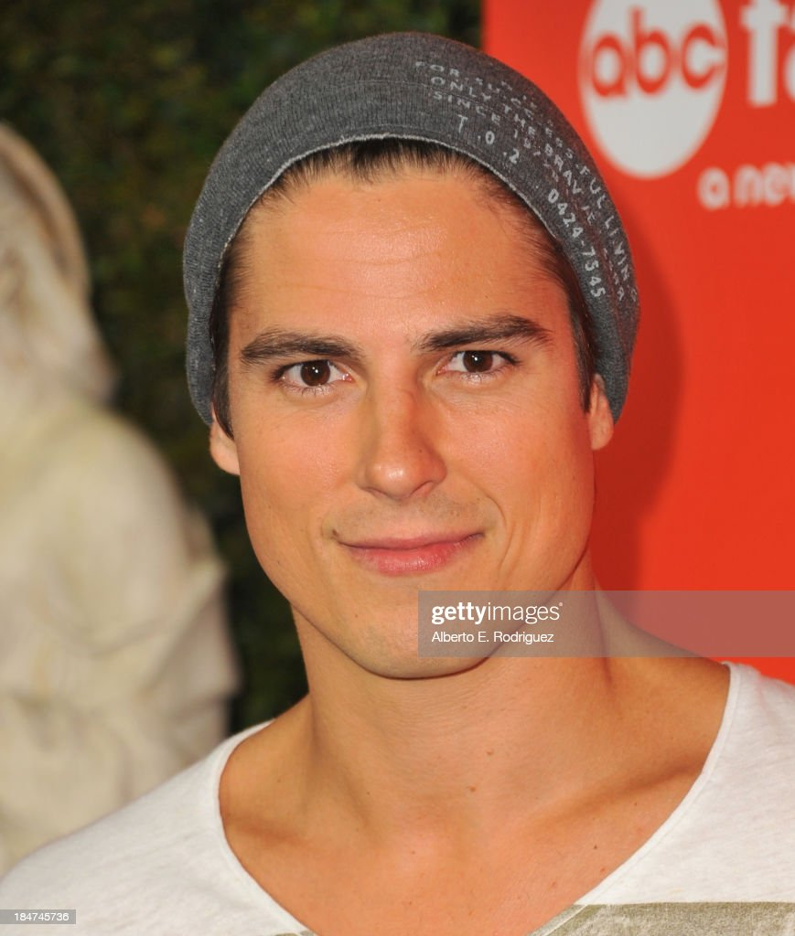 Actor <a gi-track='captionPersonalityLinkClicked' href=/galleries/search?phrase=Sean+Faris&family=editorial&specificpeople=2150747 ng-click='$event.stopPropagation()'>Sean Faris</a> attends a screening of ABC Family's 'Pretty Little Liars' Halloween episode at Hollywood Forever Cemetery on October 15, 2013 in Hollywood, California.
