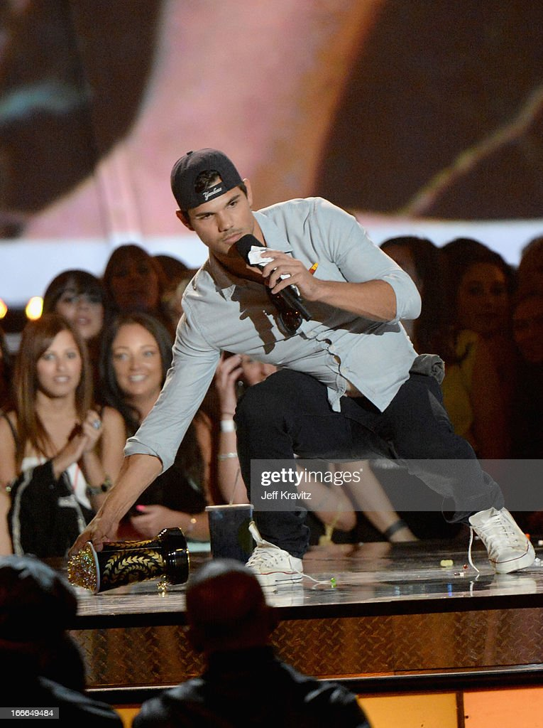 Actor Taylor Lautner accepts award onstage during the 2013 MTV Movie Awards at Sony Pictures Studios on April 14, 2013 in Culver City, California.