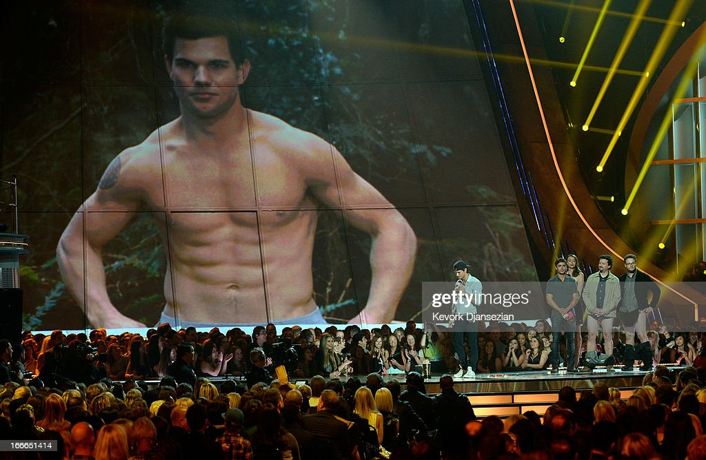 Actor Taylor Lautner accepts Best Shirtless Performance onstage during the 2013 MTV Movie Awards at Sony Pictures Studios on April 14, 2013 in Culver City, California.