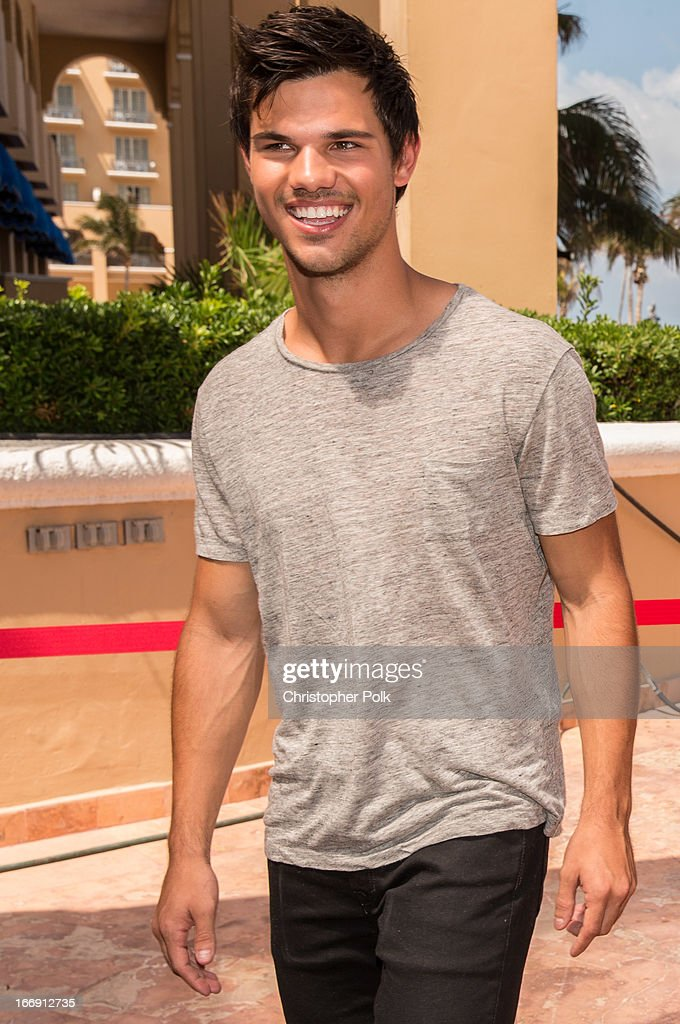 Actor <a gi-track='captionPersonalityLinkClicked' href=/galleries/search?phrase=Taylor+Lautner&family=editorial&specificpeople=228959 ng-click='$event.stopPropagation()'>Taylor Lautner</a> attends the 'Grown Ups 2' Photo Call at The 5th Annual Summer Of Sony at the Ritz Carlton Hotel on April 18, 2013 in Cancun, Mexico.