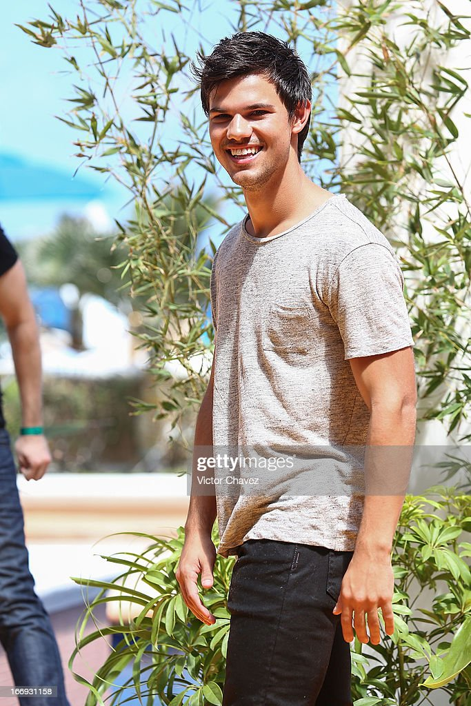 Actor <a gi-track='captionPersonalityLinkClicked' href=/galleries/search?phrase=Taylor+Lautner&family=editorial&specificpeople=228959 ng-click='$event.stopPropagation()'>Taylor Lautner</a> attends the 'Grown Ups 2' photocall during The 5th Annual Summer Of Sony on April 18, 2013 in Cancun, Mexico.