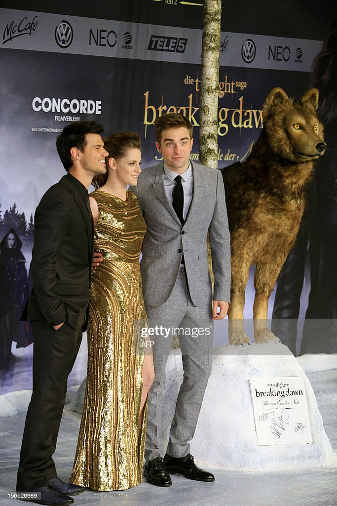 US actor Taylor Lautner, US actress Kristen Stewart and British actor Robert Pattinson pose prior to the German premier of 'The Twilight Saga: Breaking Dawn - Part 2' film premier in Berlin on November 16, 2012.
