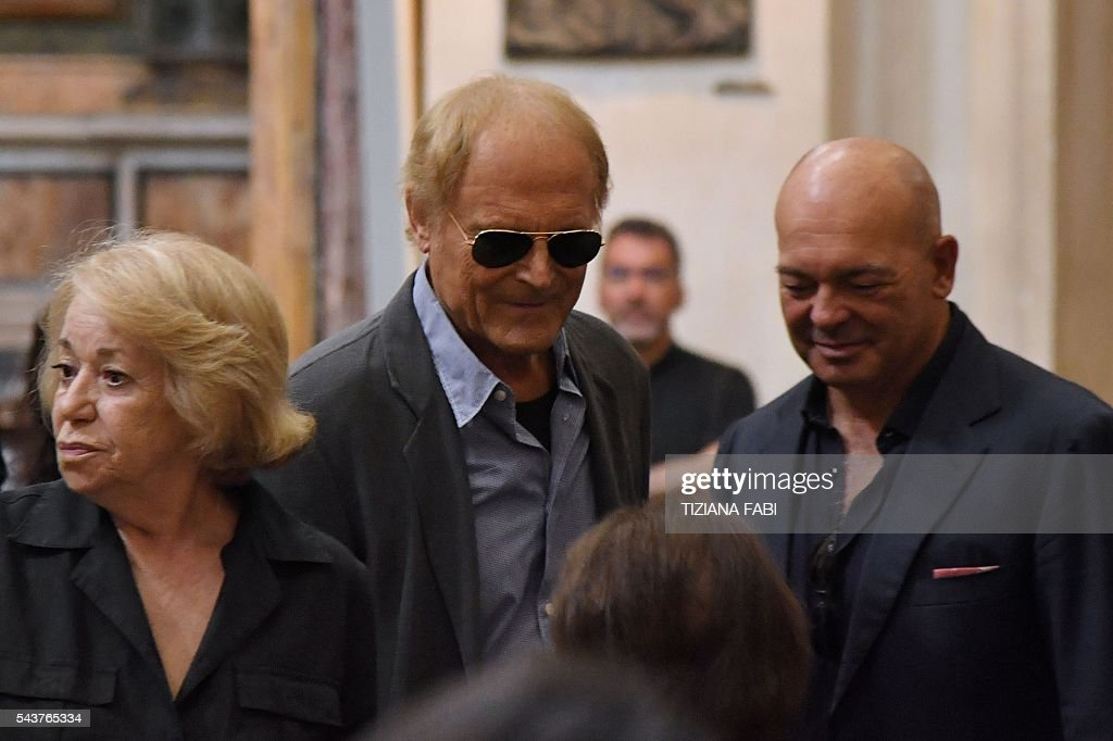 Actor Terence Hill (C), whose real name is Mario Girotti, arrives at the funeral of Italian actor Bud Spencer, born Carlo Pedersoli, at the church of the artists, Santa Maria in Montesanto, on June 30, 2016 at Piazza del Popolo in Rome. Bud Spencer who starred in a string of spaghetti westerns, died on June 27 in Rome aged 86. Spencer, born in Italy in 1929, played in 16 films alongside Terence Hill. / AFP / TIZIANA