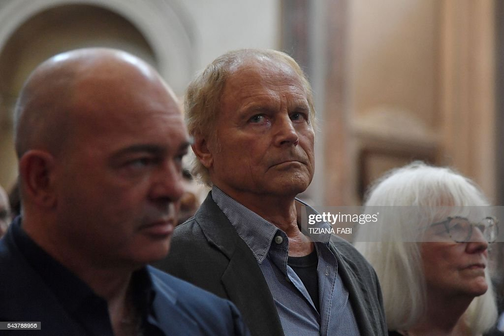 Actor Terence Hill (C), whose real name is Mario Girotti, attends the funeral of Italian actor Bud Spencer, born Carlo Pedersoli, at the 'church of the artists', Santa Maria in Montesanto, on June 30, 2016 at Piazza del Popolo in Rome. Bud Spencer who starred in a string of spaghetti westerns, died on June 27 in Rome aged 86. Spencer, born in Italy in 1929, played in 16 films alongside Terence Hill. / AFP / TIZIANA