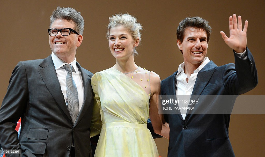 US actor Tom Cruise (R), actress Rosamund Pike (C) and director Christopher McQuarrie (L) pose before the Japan Premiere of their latest movie, 'Jack Reacher' in Tokyo on January 9, 2013. The film will be shown nation wide from Feburary 1. AFP PHOTO/Toru YAMANAKA