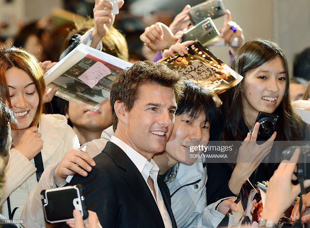 US actor Tom Cruise (C) is welcomed by Japanese fans upon his arrival for the Japan Premiere of his latest movie, 'Jack Reacher' in Tokyo on January 9, 2013. The film will be shown nation wide from Feburary 1. AFP PHOTO/Toru YAMANAKA