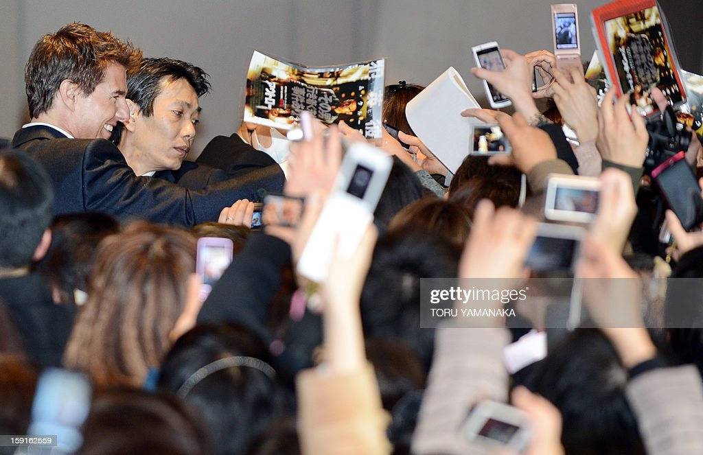 US actor Tom Cruise (top/L) is welcomed by Japanese fans upon his arrival for the Japan Premiere of his latest movie, 'Jack Reacher' in Tokyo on January 9, 2013. The film will be shown nation wide from Feburary 1. AFP PHOTO/Toru YAMANAKA