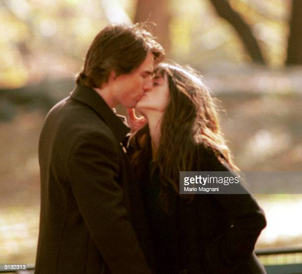 Actor Tom Cruise kisses costar Penelope Cruz on the set of his new film 'Vanilla Sky' during the first day of shooting November 6 2000 in New York...