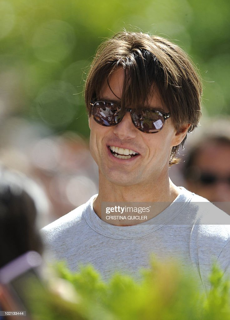 US actor Tom Cruise signs autographs on June 16, 2010 in Sevilla before recreating scenes from the film 'Knight and Day' by US director James Mangold. US actors Tom Cruise and Cameron Diaz are in Sevilla to attend the international premiere of Mangold's new film.