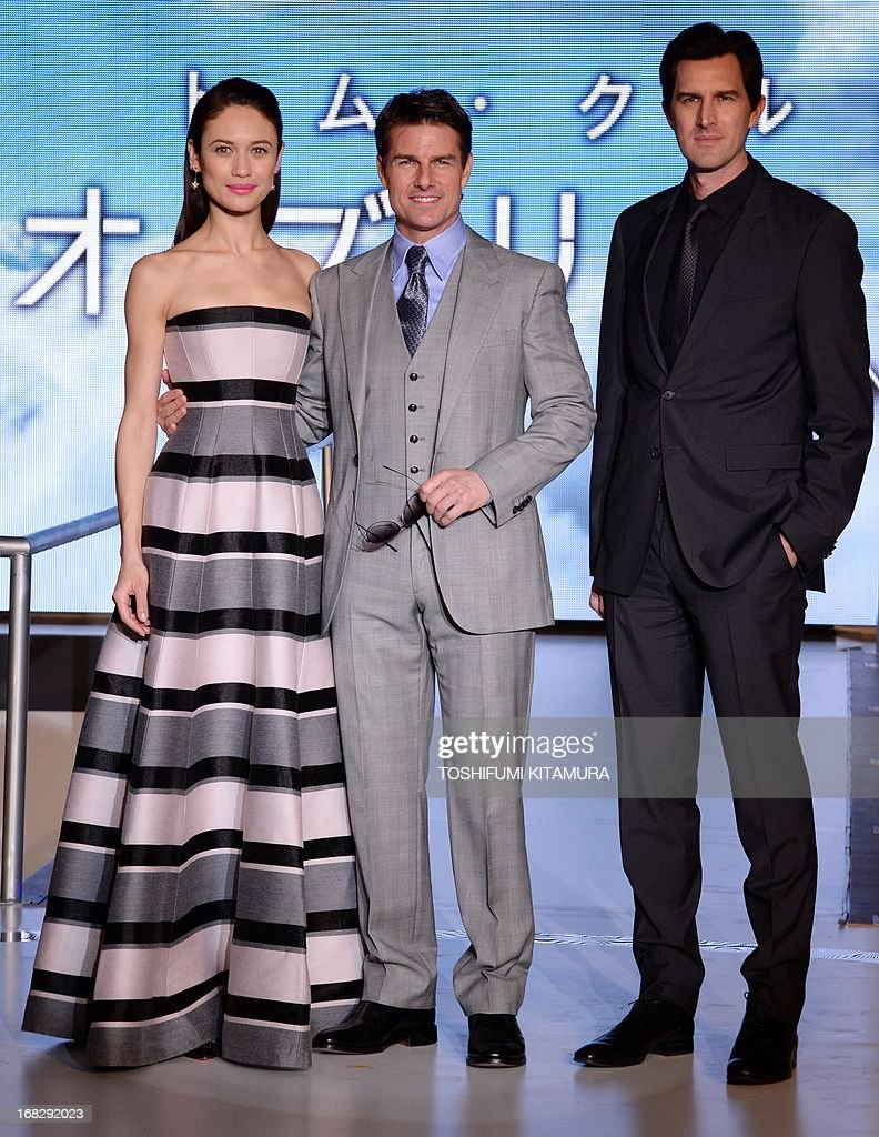 US actor Tom Cruise (C), Ukraine-born French actress Olga Kurylenko (L) and US film director Joseph Kosinski (R) pose during their latest movie 'Oblivion' Japan premier in Tokyo on May 8, 2013. The science fiction movie, produced and directed by Kosinski, will be released in Japan from May 31.