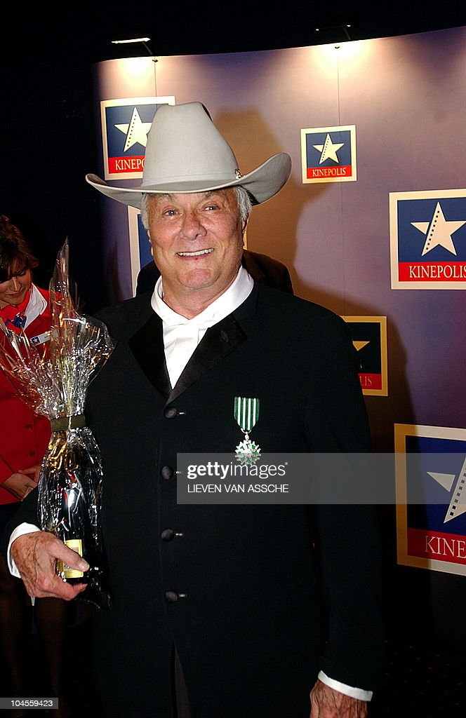 US actor Tony Curtis holds the 'Special Joseph Plateau Holemans Award' , which he received at the 30th edition of the film festival of Gent, 16 October 2003.