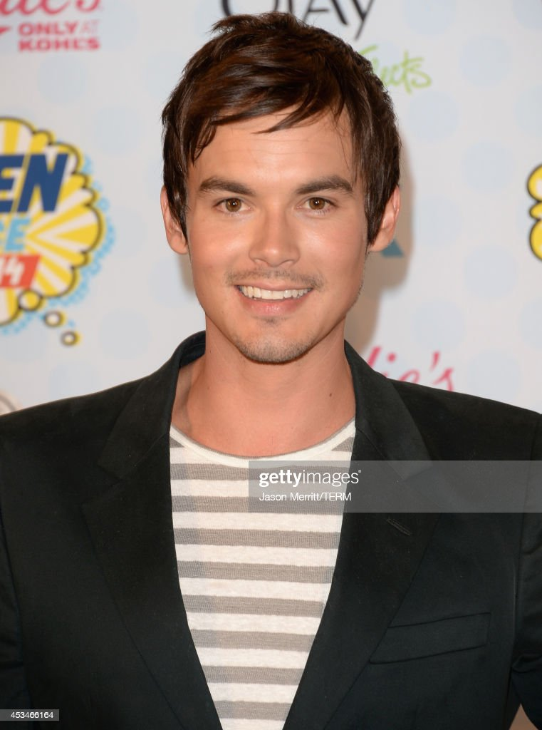 Actor Tyler Blackburn poses in the press room with the Choice Summer TV Star: Male award for 'Pretty Little Liars' at FOX's 2014 Teen Choice Awards at The Shrine Auditorium on August 10, 2014 in Los Angeles, California.