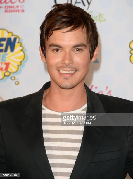 Actor Tyler Blackburn poses in the press room with the Choice Summer TV Star Male award for 'Pretty Little Liars' at FOX's 2014 Teen Choice Awards at...