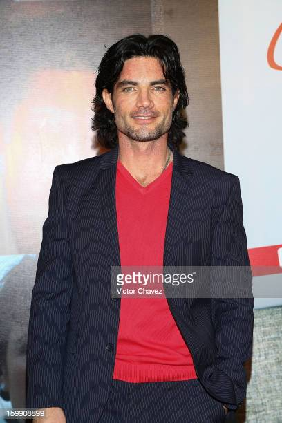 Actor Víctor González attends the '7 Años de Matrimonio' Mexico City premiere red carpet at Plaza Carso on January 22 2013 in Mexico City Mexico
