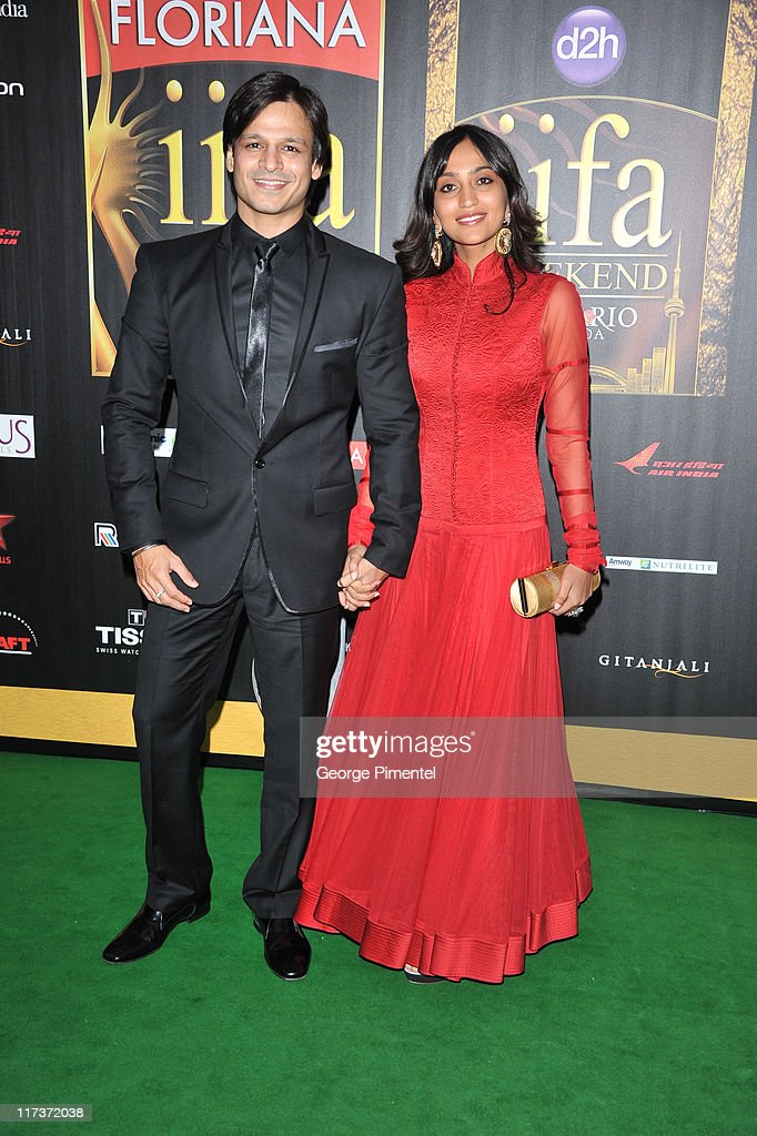 Actor <a gi-track='captionPersonalityLinkClicked' href=/galleries/search?phrase=Vivek+Oberoi&family=editorial&specificpeople=627274 ng-click='$event.stopPropagation()'>Vivek Oberoi</a> (L) attends the MAC Cosmetics Sponsored IIFAS Awards Presentation at the Rogers Centre on June 25, 2011 in Toronto, Canada.