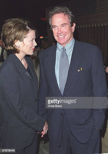 US actor Warren Beatty and his wife actress Annette Benning arrive for the premiere of her new film 'American Beauty' at the Egyptian Theatre 08...