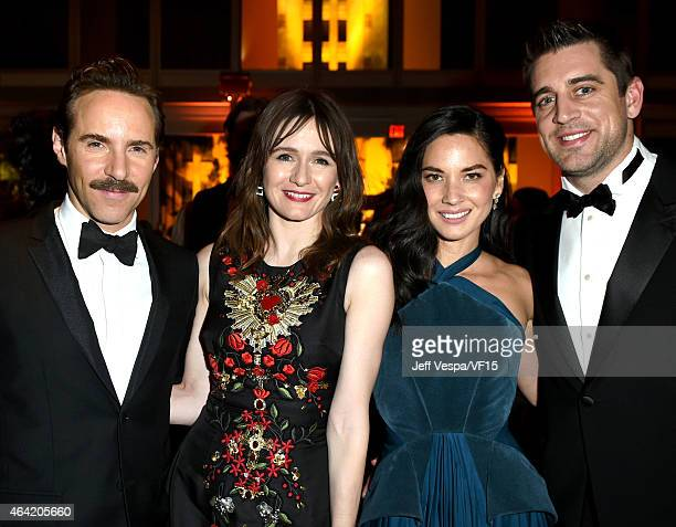 Actors Alessandro Nivola Emily Mortimer Olivia Munn and NFL player Aaron Rodgers attend the 2015 Vanity Fair Oscar Party hosted by Graydon Carter at...