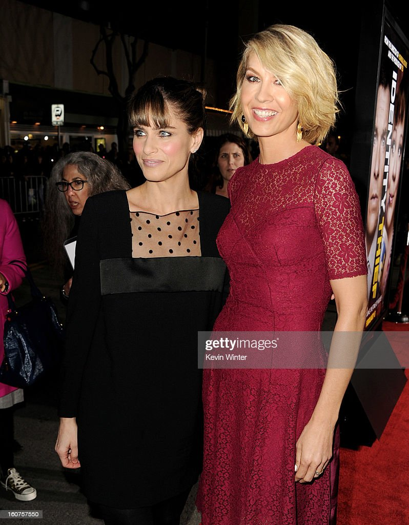 Actors Amanda Peet (L) and Jenna Elfman arrive at the premiere of Universal Pictures' 'Identity Thief' at the Village Theatre on February 4, 2013 in Los Angeles, California.