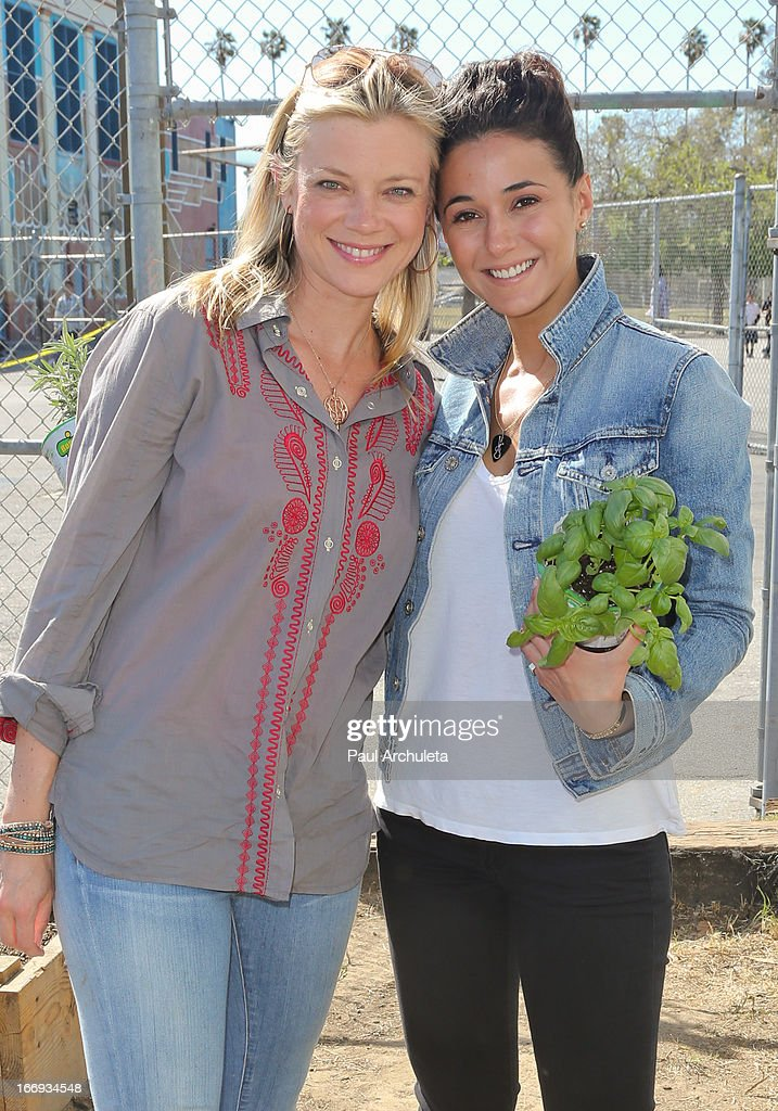 Actors Amy Smart (L) and Emmanuelle Chriqui (R) attend the Environmental Media Association's celebration of Earth Day at Cochran Middle School on April 18, 2013 in Los Angeles, California.