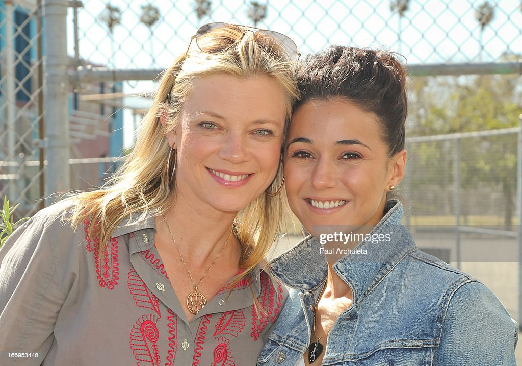 Actors <a gi-track='captionPersonalityLinkClicked' href=/galleries/search?phrase=Amy+Smart&family=editorial&specificpeople=239532 ng-click='$event.stopPropagation()'>Amy Smart</a> (L) and <a gi-track='captionPersonalityLinkClicked' href=/galleries/search?phrase=Emmanuelle+Chriqui&family=editorial&specificpeople=541098 ng-click='$event.stopPropagation()'>Emmanuelle Chriqui</a> (R) attend the Environmental Media Association's celebration of Earth Day at Cochran Middle School on April 18, 2013 in Los Angeles, California.
