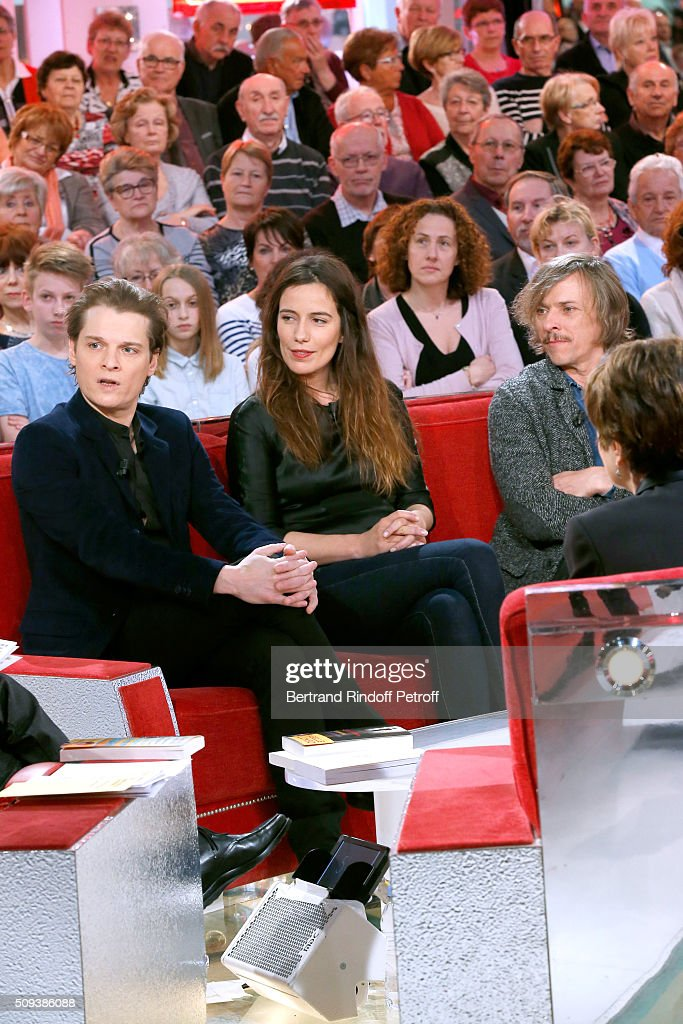 Actors Benabar, Zoe Felix and Pascal Demolon present the Theater Play 'Je vous ecoute', performed at Theatre Tristan Bernard, during the 'Vivement Dimanche' French TV Show at Pavillon Gabriel on February 10, 2016 in Paris, France.