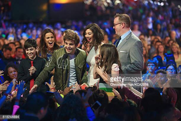 Actors Diego Velazquez Rosa Blasi Jack Griffo Kira Kosarin Maya Le Clark and Chris Tallman accept the Favorite TV Show Award for 'The Thundermans'...