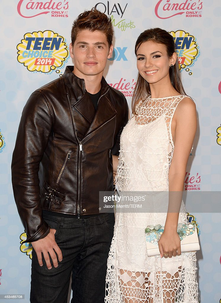 Actors <a gi-track='captionPersonalityLinkClicked' href=/galleries/search?phrase=Gregg+Sulkin&family=editorial&specificpeople=3970071 ng-click='$event.stopPropagation()'>Gregg Sulkin</a> (L) and <a gi-track='captionPersonalityLinkClicked' href=/galleries/search?phrase=Victoria+Justice&family=editorial&specificpeople=569887 ng-click='$event.stopPropagation()'>Victoria Justice</a> pose in the press room during FOX's 2014 Teen Choice Awards at The Shrine Auditorium on August 10, 2014 in Los Angeles, California.