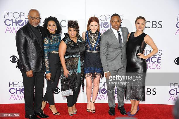 Actors James Pickens Jr Kelly McCreary Chandra Wilson Sarah Drew Jason Winston George and Camilla Luddington attend the People's Choice Awards 2017...