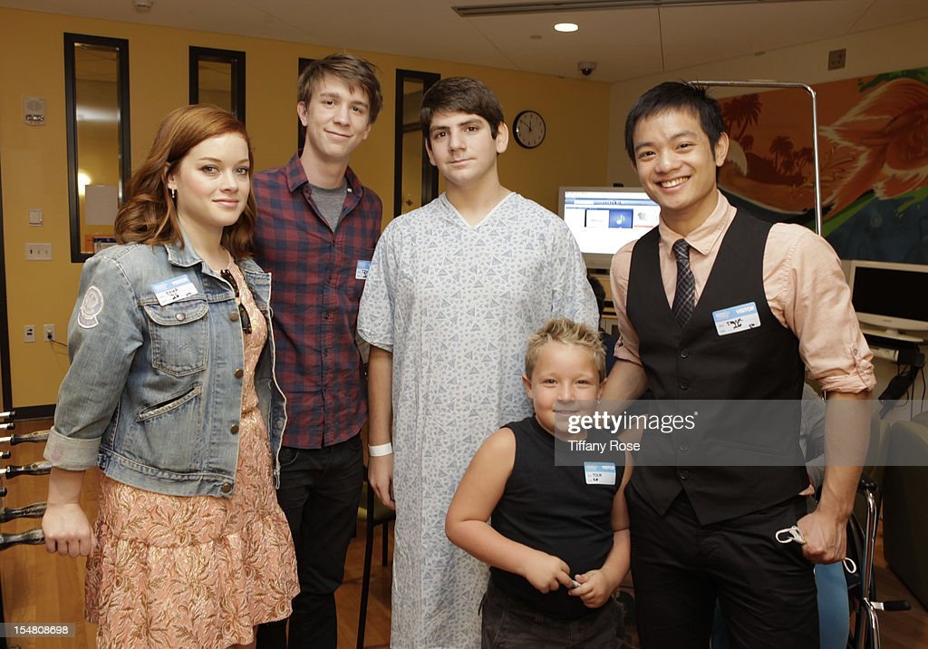 Actors Jane Levy Thomas Mann Jackson Nicoll and Osric Chau pose with a patient at 'Fun Size' Special Screening At Children's Hospital Los Angeles at...