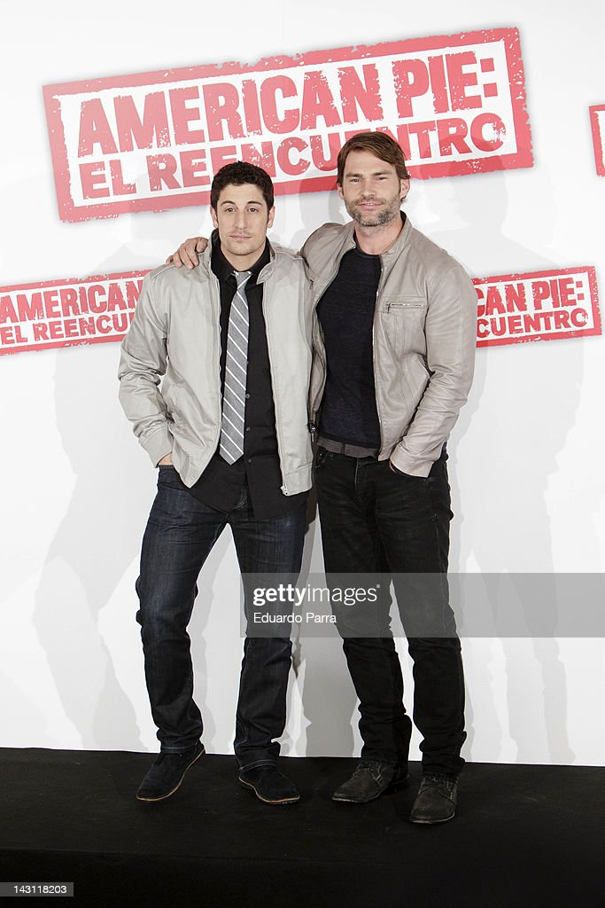 Actors <a gi-track='captionPersonalityLinkClicked' href=/galleries/search?phrase=Jason+Biggs+-+Actor&family=editorial&specificpeople=210701 ng-click='$event.stopPropagation()'>Jason Biggs</a> (L) and <a gi-track='captionPersonalityLinkClicked' href=/galleries/search?phrase=Seann+William+Scott&family=editorial&specificpeople=228377 ng-click='$event.stopPropagation()'>Seann William Scott</a> (R) attend 'American Pie: Reunion' (American Pie: El Reencuentro) photocall at Villamagna Hotel on April 19, 2012 in Madrid, Spain.