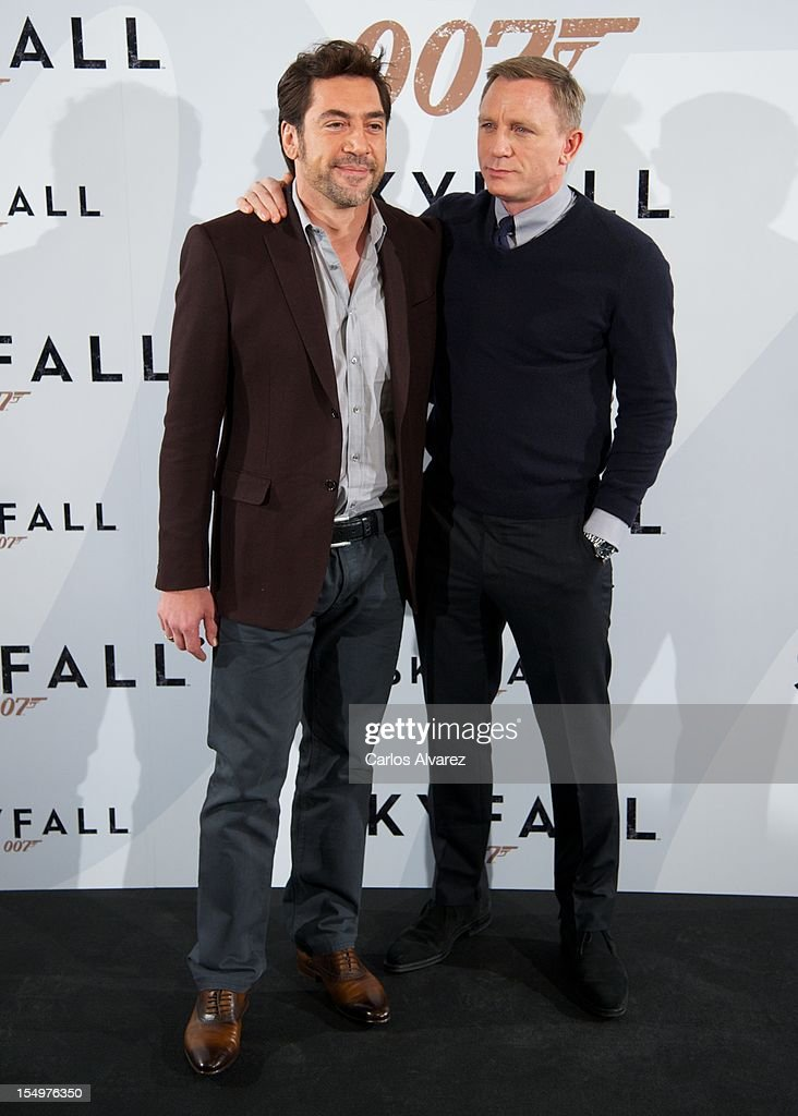 Actors <a gi-track='captionPersonalityLinkClicked' href=/galleries/search?phrase=Javier+Bardem&family=editorial&specificpeople=209334 ng-click='$event.stopPropagation()'>Javier Bardem</a> (L) and Daniel Craig (R) attend the 'Skyfall' photocall at the Villamagna Hotel on October 29, 2012 in Madrid, Spain.