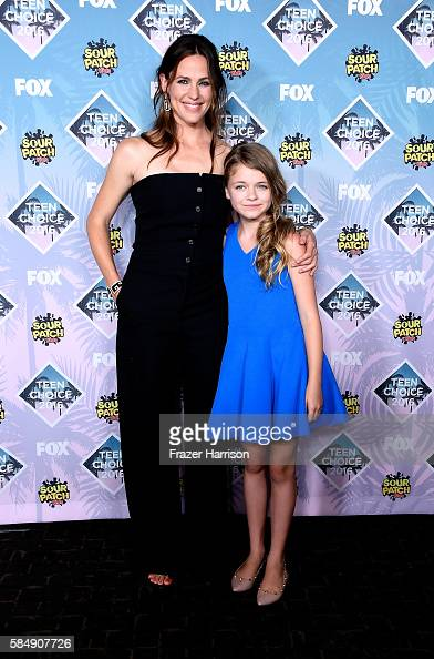 actors-jennifer-garner-and-kylie-rogers-pose-with-the-choice-movie-picture-id584907726